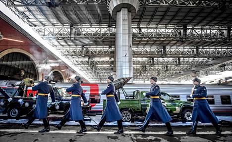 Venäläinen kunniavartio käveli Moskovassa Kazanin asemalla odottaneen näyttelyjunan ohi isänmaan puolustajien päivänä lauantaina. Junaan on kerätty Venäjän armeijan sotasaaliita Syyriasta. Näyttelyjuna lähtee kiertueelle yhteensä kuuteenkymmeneen venäläiskaupunkiin.