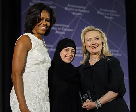 Yhdysvaltain ulkoministeriö palkitsi Samar Badawin tämän naisten oikeuksien puolesta tekemästä työstä vuonna 2012. Kuvassa Badawi Yhdysvaltain silloisen ensimmäisen naisen Michelle Obaman (vas.) ja silloisen ulkoministerin Hillary Clintonin kanssa.