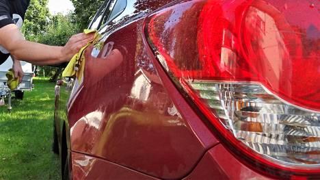 Itikkajäljistä selviää helpoimmalla kun auto pestään usein ja säännöllisesti. Ikävimmillään hyttysjälkien poisto voi olla silti hyvinkin työlästä ja vaatia myös erikoisaineita.
