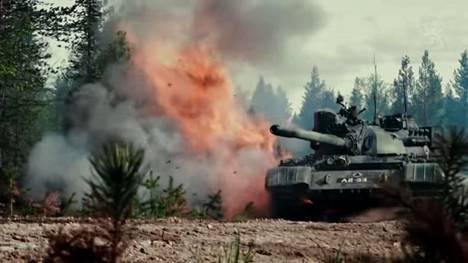 Vihollisen panssarivaunu saa osuman Taistelukenttä 2020 -videolla. Kuvakaappaus.