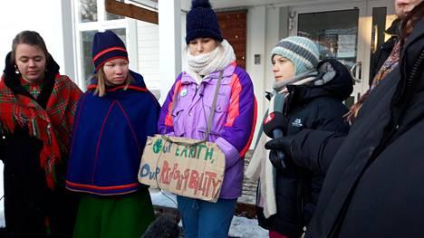 """""""Meidän maapallomme, meidän vastuumme"""", julistivat Thunberg ja paikalliset nuoret."""