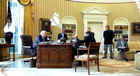 Steve Bannon (toinen oikealta) kuvattuna Valkoisessa talossa viime vuoden tammikuussa.