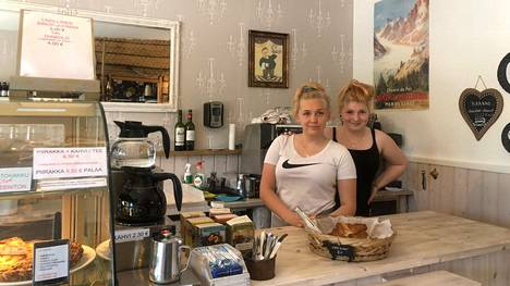 Ranskalaisen kyläkaupan kesätyöntekijät Riia Majuri (vas.) ja Charlotta Lemminki saivat viikonloppuna asiatonta ja epäkohteliasta asiakaspalautetta, johon kaupan pyörittäjä Riikka-Maria Lemminki puuttui heti.