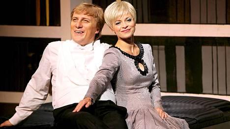 Rajalaa näytteli Kari Arffman ja Katri Helenaa Sanna Majuri
