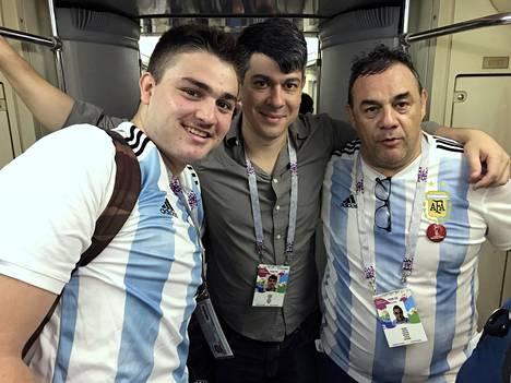 Argentiinalaiset Guillermo, Mariano ja Tristan matkustavat joukkueensa perässä.