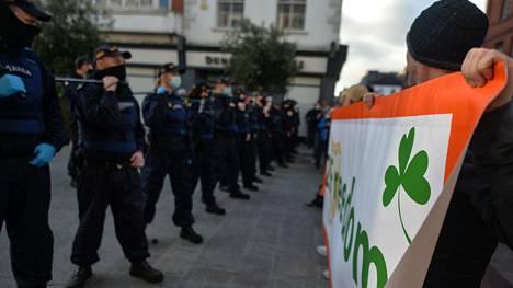 Poliiseja hallituksen rajoituksia vastustavien mielenosoittajien edessä Irlannin pääkaupungissa Dublinissa. Maassa on käynnissä kolmas koronapandemian aiheuttama laaja sulku