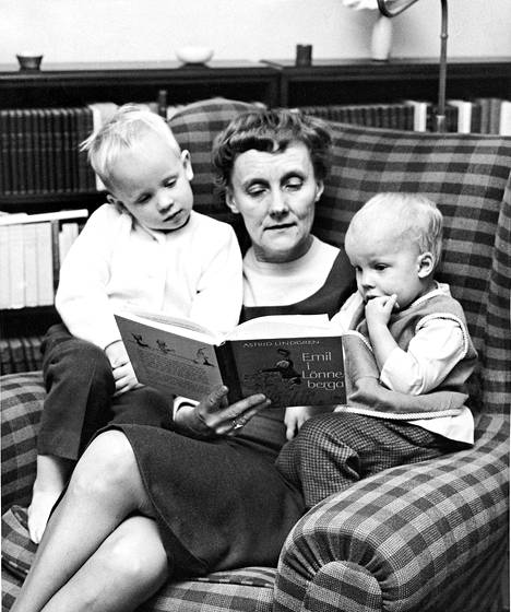 Astrid Lindgren vuonna 1963 lukemassa ensimmäistä Vaahteramäen Eemeli -kirjaa lapsenlapsilleen Karl-Johanille ja Malinille. Idea Eemelistä syntyi edellisenä vuonna Karl-Johanin raivokohtauksen inspiroimana.