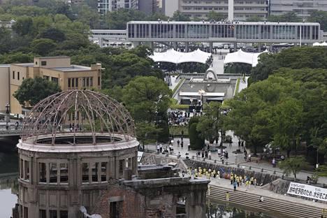 Japani muisti Hiroshiman tuhoa rauhanpuistossa järjestetyssä tilaisuudessa torstaina.