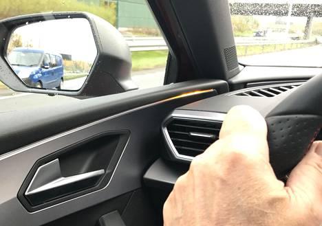Valojuova kojelaudan reunalla varoittaa katveesta ilmestyvästä ajoneuvosta.