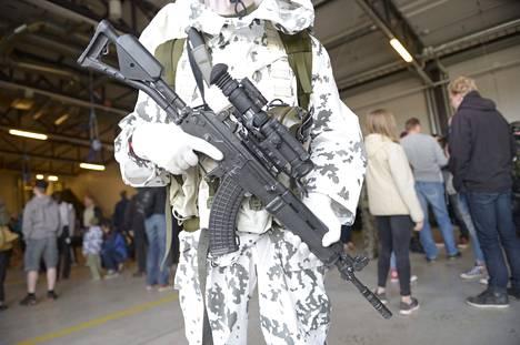 Tällainen on Utin jääkärirykmentin laskuvarjojääkärikomppanian talvitiedustelija ase.