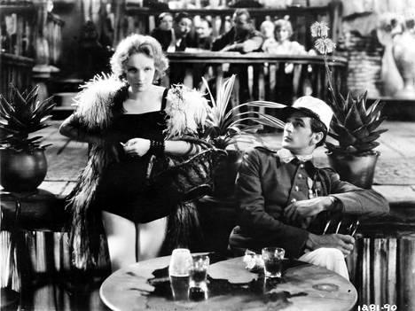 Marlene Dietrichin vastanäyttelijänä Marokko-elokuvassa nähtiin Gary Crant, jonka kanssa Dietrichillä huhuttiin olevan suhde. Samassa elokuvassa nähtiin aikakaudelle rohkea kohtaus, jossa Dietrich suuteli toista naista suulle.