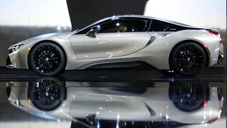 BMW esittelee i8-mallia parasta aikaa Detroitin kansainvälisessä autonäyttelyssä.