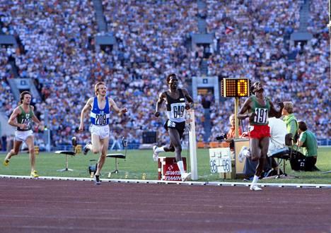 Miruts Yifter (oik.) oli Moskovan olympiakisoissa ykkönen myös 5000 metrillä. Toisena maalilinjan ylitti Tansanian Suleiman Nyambui ennen Kaarlo Maaninkaa.