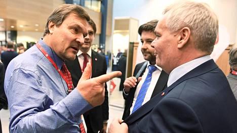 Kimmo Kiljunen keskusteli viikonloppuna Lahdessa järjestetyssä puoluekokouksessa muun muassa Antti Rinteen kanssa (oik.).