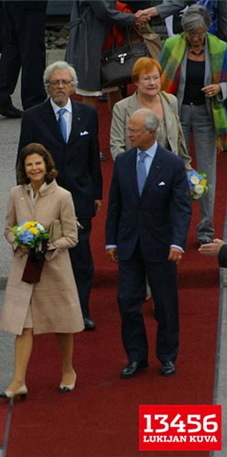 Kuningaspari jatkoi suoraan rautatieasemalta ruotsinkieliseen kouluun, jossa oli paljon oppilaita ja partiolaisia. Silvia puhui pitkään lasten kanssa.