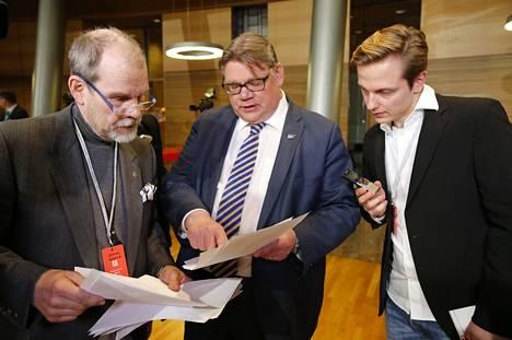 Perussuomalaisten puheenjohtaja Timo Soini odottaa viimeisiä tuloksia ennen puoluetoimistoon menoa.