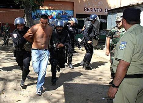 Salvadorissa sijaitsevassa Santa Anan vankilassa kuoli kaksikymmentä vankia väkivaltaisessa vankien yhteenotossa.