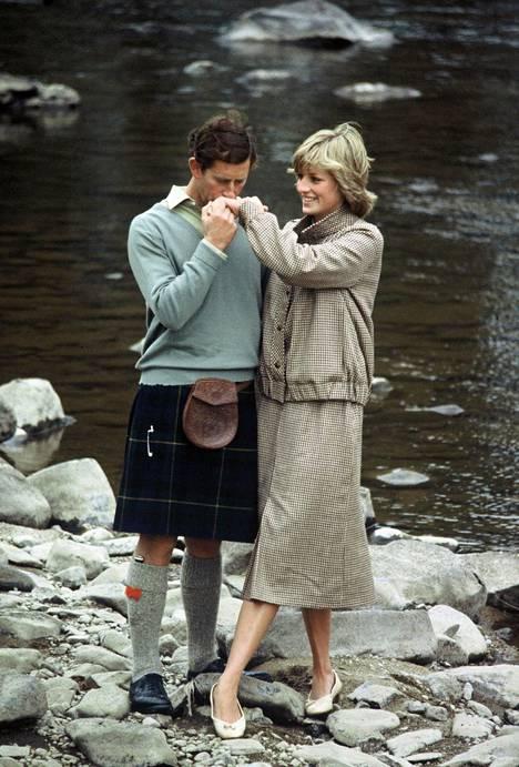 Charles ja Diana häämatkallaan Balmoralissa, jonne myös prinssi William ja Harry lähetettiin Dianan kuoleman jälkeen.