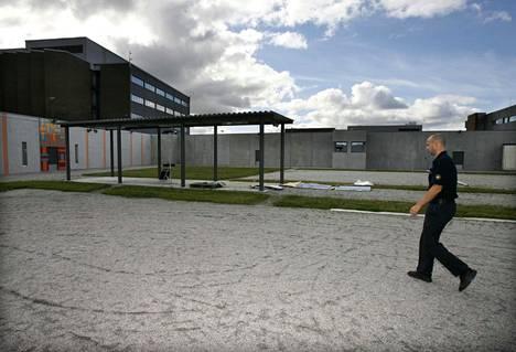 Vankilanjohtaja Juhani Järvi vankilan ulkoilupihalla.