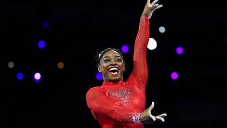 Simone Biles iloitsee onnistuneesta hypystään.