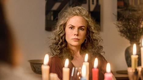 Nicole Kidman käyttää roolissa harmaata peruukkia.