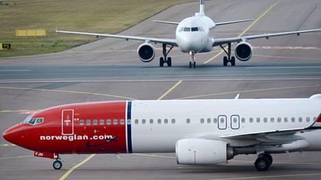 Lentoyhtiö Norwegianin matkustajakone Helsinki-Vantaan lentokentällä 6. heinäkuuta 2018
