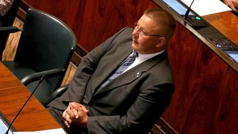 Juha Mäenpää kuvattuna eduskunnassa.