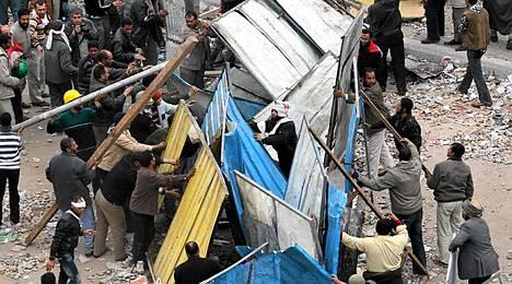 Tahrir-aukiolla rakennetaan barrikadeja.
