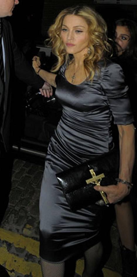 Madonna saapui syntymäpäiväjuhliinsa tyylikkäässä hopeanvärisessä mekossa.
