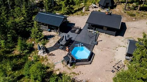 Uima-allas, kasvimaa ja puutarha tekevät Kaisa Liskin perheen kodin pihapiiristä viihtyisän.