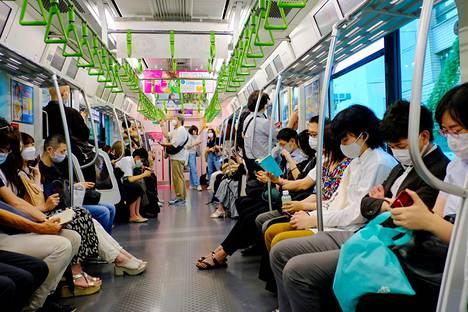 Japanilaiset käyttävät tunnollisesti maskeja. Kuva on otettu junassa heinäkuun puolivälissä.