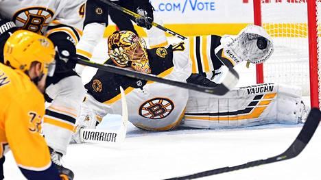 Tuukka Rask venyi tärkeisiin torjuntoihin, kun Boston Bruins kepitti Nashville Predatorsin.