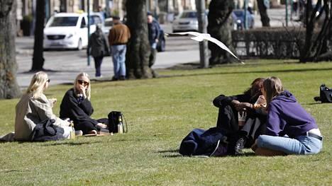 Ulkoilijat nauttivat aurinkoisesta säästä Helsingissä 17.4.2021.