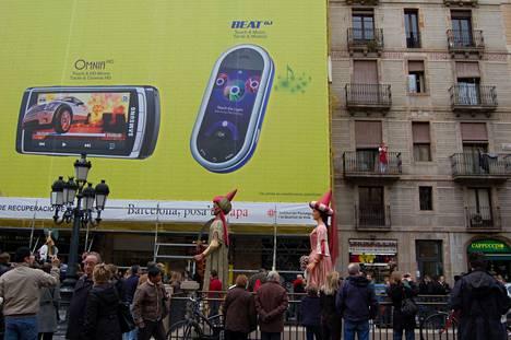 Samsung sijoitti Barcelonassa ulkomainontaan niin messualueella kuin kaupungissakin.