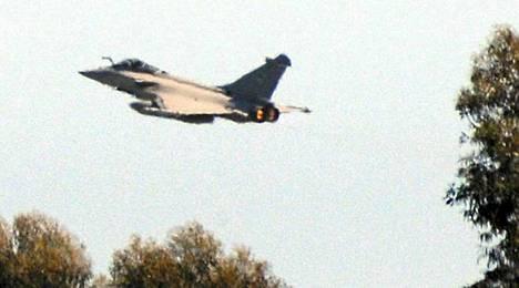 Ranskalaishävittäjien kerrotaan lentävän jo Libyan yllä. Kuvassa Rafale-kone nousi Korsikalta harjoituslennolle.