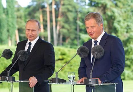 Vladimir Putin ja Sauli Niinistö tiedotustilaisuudessa Kultarannassa vuonna 2016.
