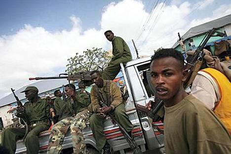 Somalian väliaikaisen hallituksen ja radikaalin islamistihallinnon välisten taistelujen keskelle on jäänyt loukkuun 50-60 suomalaista.