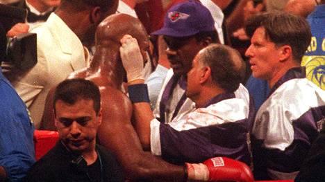 Evander Holyfield menetti osan korvansa rustosta ottelussa Mike Tysonia vastaan.