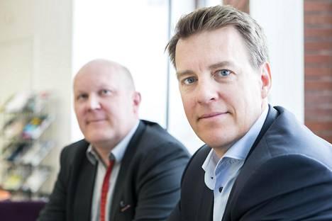 Iso osa Rahapodin aiheista tulee suoraan kuuntelijoilta, kertoo Martin Paasi. Taka-alalla juontajapari Miikka Luukkonen.