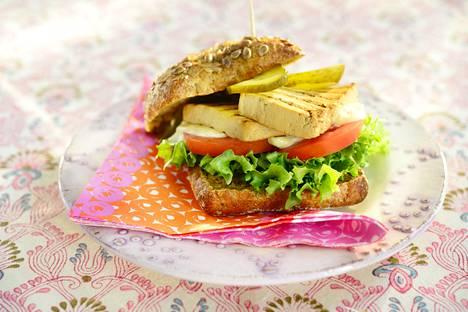 Burgerpihvin voi loihtia myös vegenä vaikkapa tofusta.