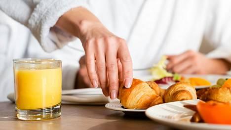 Jotkut vievät aamiaiselta mukanaan ruokaa.