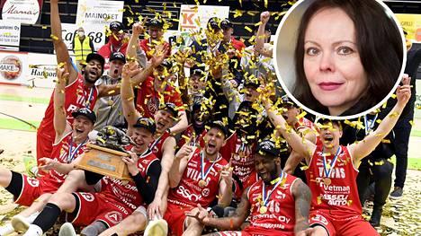 Salon Vilpas juhli tiistai-iltana seuran historian ensimmäistä koripallon Suomen mestaruutta. Tunnettu kaupunginvaltuutettu Jaana Haapasalo ei iloinnut joukkueen ja muiden kaupunkilaisten mukana.