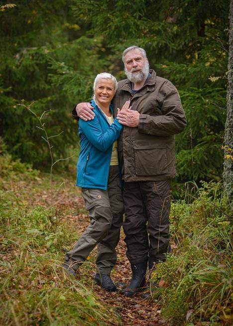 Julkkisselviytyjät ei ole kilpailu vaan selviytymistaistelu nälkää ja luonnonoikkuja vastaan seurassa, jota ei voi itse valita. Kuvassa ohjelman parivaljakko Kaisa Liski ja Juha Mieto.