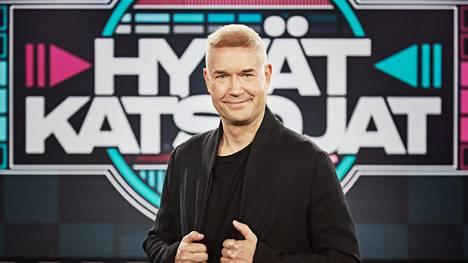 Marco Bjurström juontaa tv-tietämystä testaavaa Hyvät katsojat -ohjelmaa.