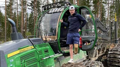 Miro Lehtisen onneksi metsäkoneen kuljettamisessa ei tarvitse vasenta jalkaa.