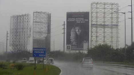 Filippiineillä poistettiin tienvarsimainoksia ennen Koppu-taifuunin rantautumista saarille.