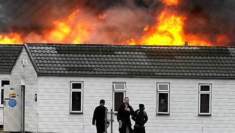 Vangit rikkoivat ikkunoita ja sytyttivät tulipaloja Fordin avovankilassa Länsi-Sussexissa.