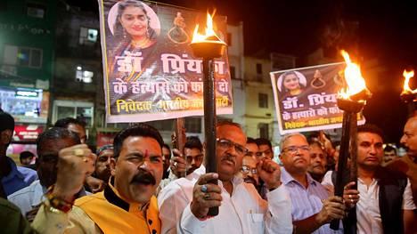 Intiaa johtavan BJP-puolueen työntekijöihin kuuluvat miehet osallistuivat Hyderabadin joukkoraiskauksen vuoksi järjestettyyn mielenosoitukseen Bhopalin kaupungissa sunnuntaina.