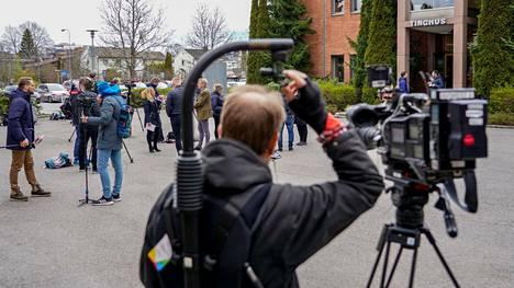 Toimittajia ja kuvaajia oikeustalon ulkopuolella 29. huhtikuuta 2020.