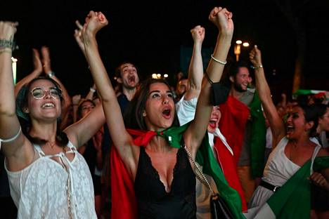 Roomalaiset tuulettivat seuratessaan miesten EM-jalkapallon finaaliottelua.